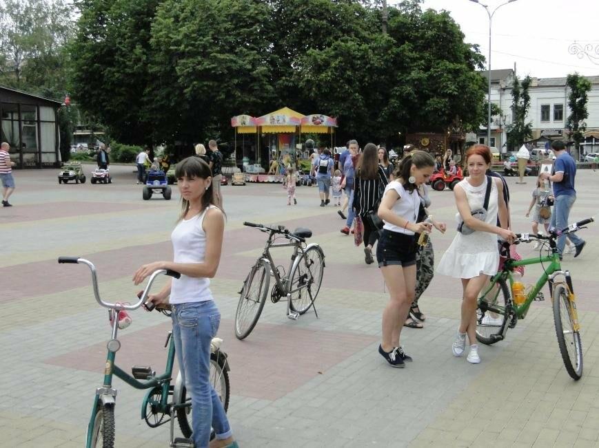 «Леді на велосипеді»: хмельничанки проїхались на велосипедах у білому вбранні (Фото, Відео), фото-1