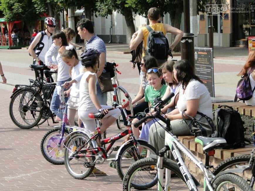 «Леді на велосипеді»: хмельничанки проїхались на велосипедах у білому вбранні (Фото, Відео), фото-3