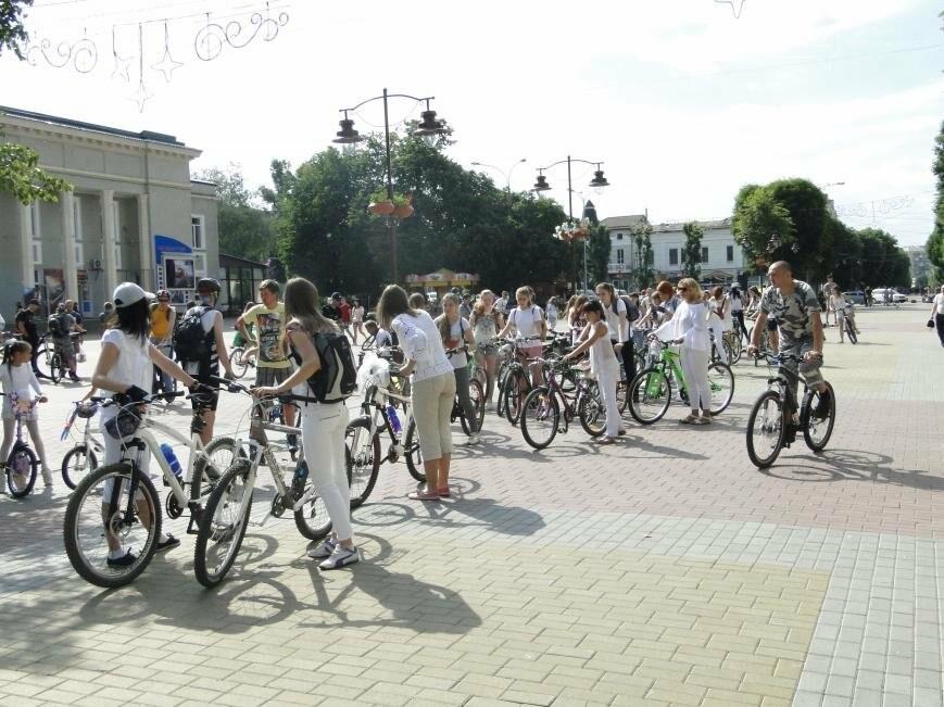 «Леді на велосипеді»: хмельничанки проїхались на велосипедах у білому вбранні (Фото, Відео), фото-5