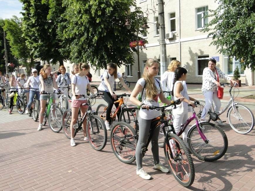 «Леді на велосипеді»: хмельничанки проїхались на велосипедах у білому вбранні (Фото, Відео), фото-6