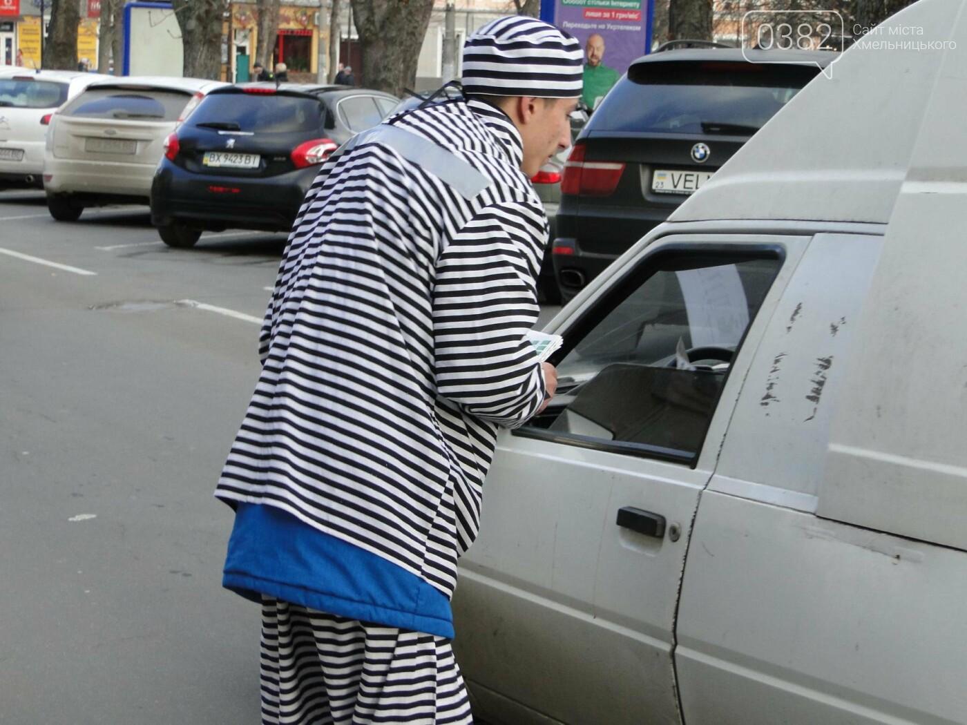 Все задля безпеки на дорозі: як «в'язень» у Хмельницькому водіїв попереджав (Фото, Відео), фото-3