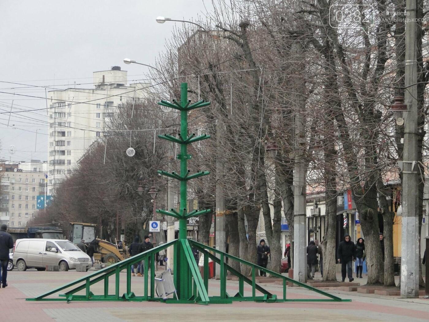 Фотофакт: у Хмельницькому розпочали встановлювати головну ялинку, фото-2