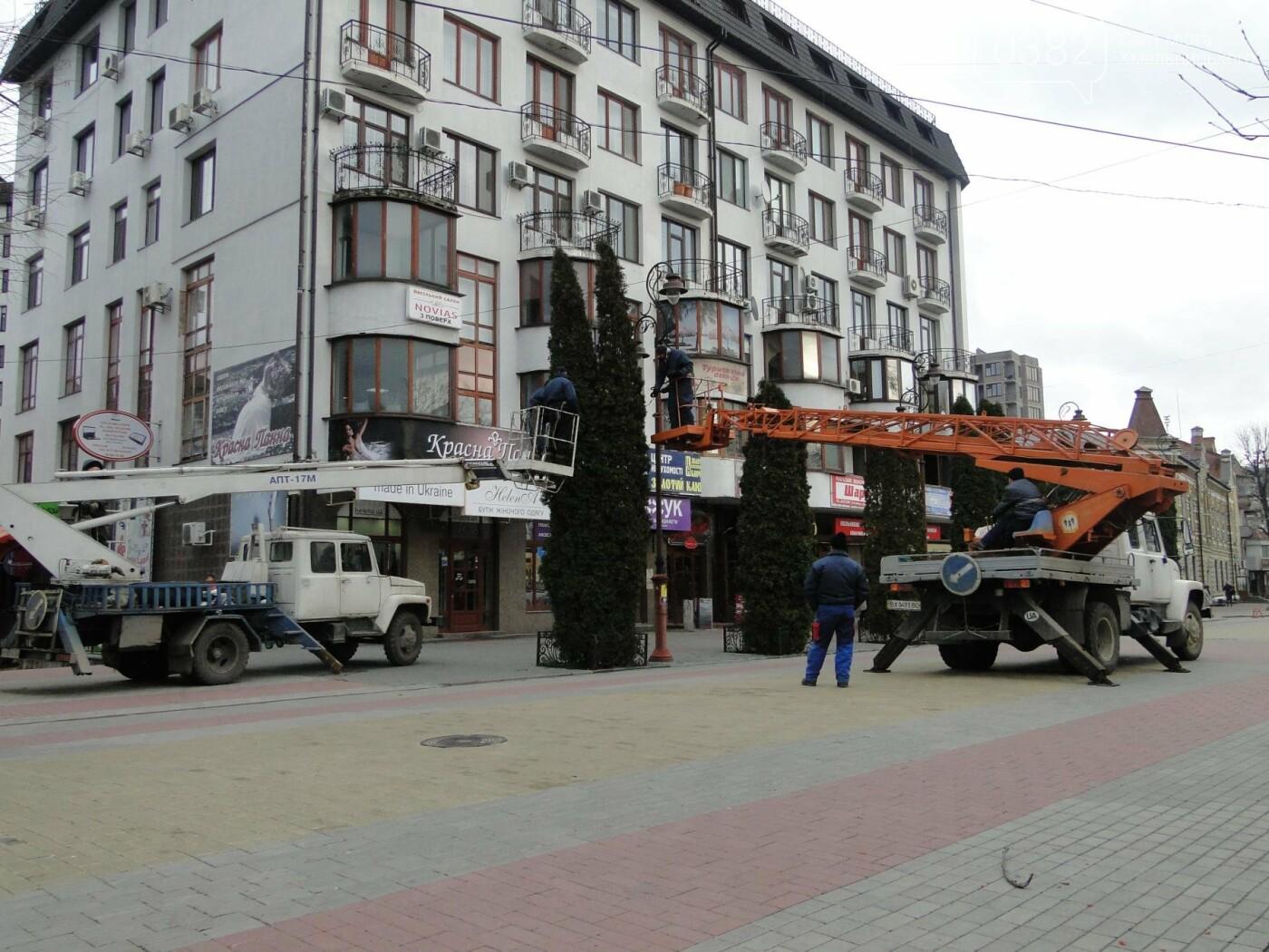 Фотофакт: у Хмельницькому розпочали встановлювати головну ялинку, фото-1