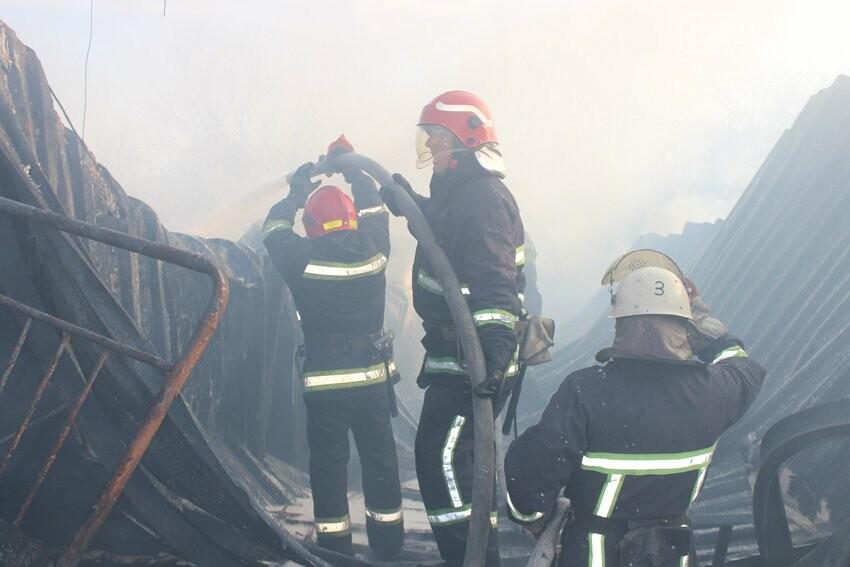 Хмельницькі надзвичайники боролися з пожежею на складі з відходами пластику. ФОТО, фото-7