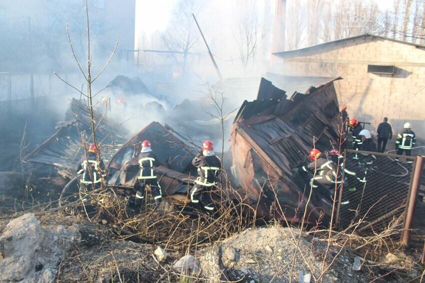Хмельницькі надзвичайники боролися з пожежею на складі з відходами пластику. ФОТО, фото-1