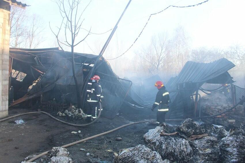 Хмельницькі надзвичайники боролися з пожежею на складі з відходами пластику. ФОТО, фото-5