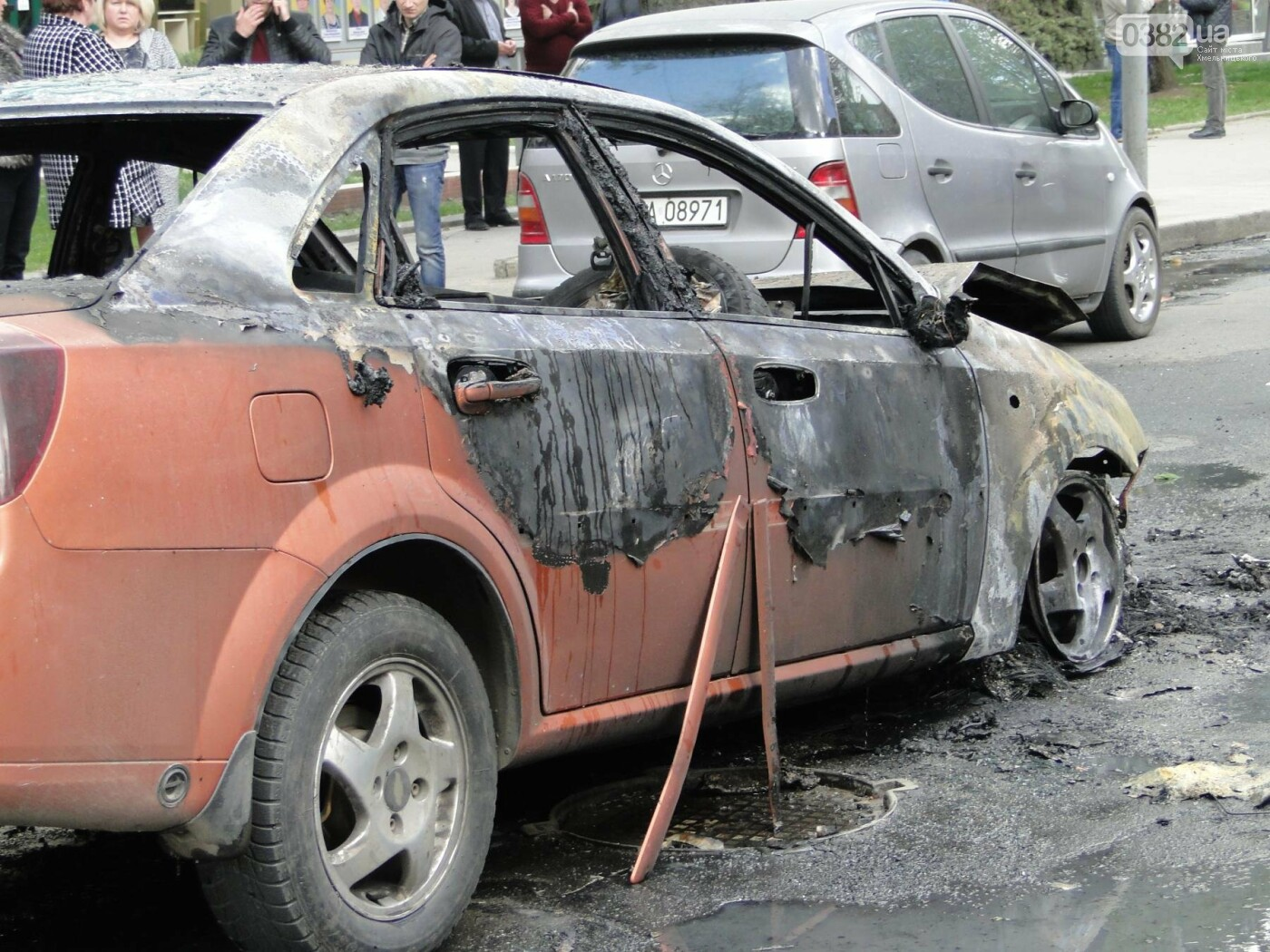 В центрі Хмельницького в результаті ДТП вщент згорів автомобіль. ФОТО, фото-9