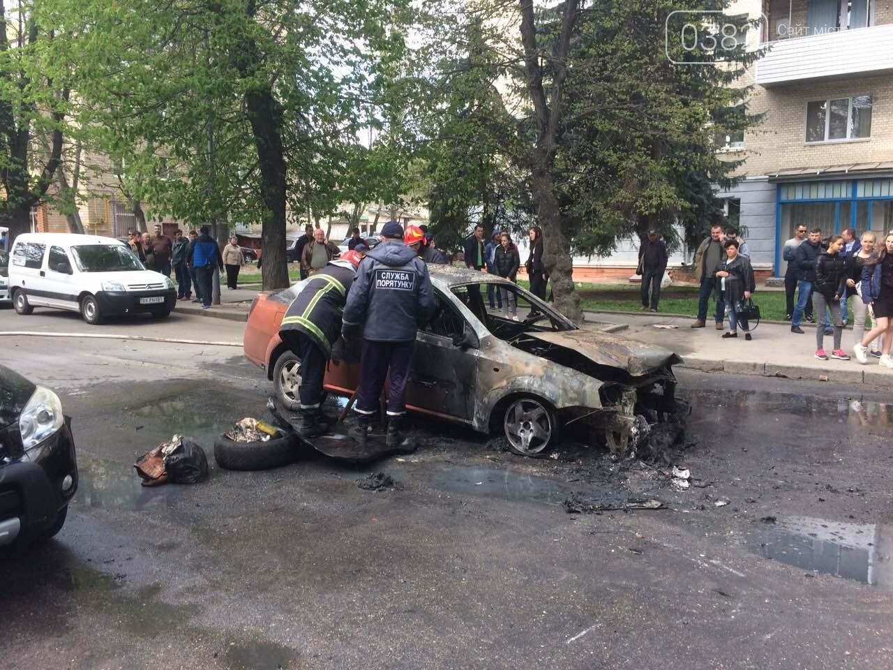 В центрі Хмельницького в результаті ДТП вщент згорів автомобіль. ФОТО, фото-2
