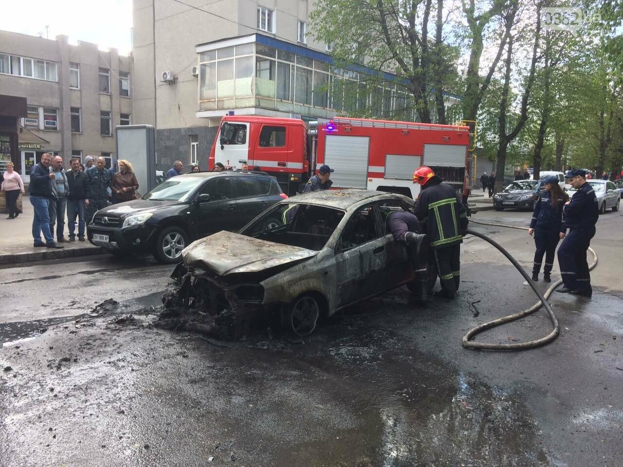В центрі Хмельницького в результаті ДТП вщент згорів автомобіль. ФОТО, фото-1