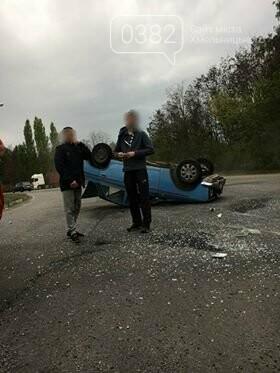 ДТП у Хмельницькому: Догори дригом та автівка без водія, що пошкодила 5 ТЗ. ФОТО, фото-1