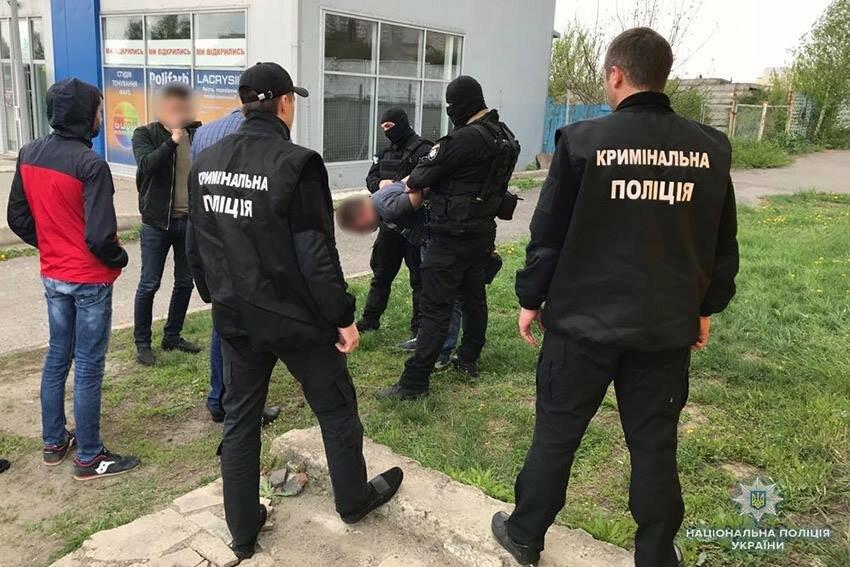 """На Хмельниччині затримали молодиків, що """"вибивали"""" з людей кошти та нерухомість, фото-1"""