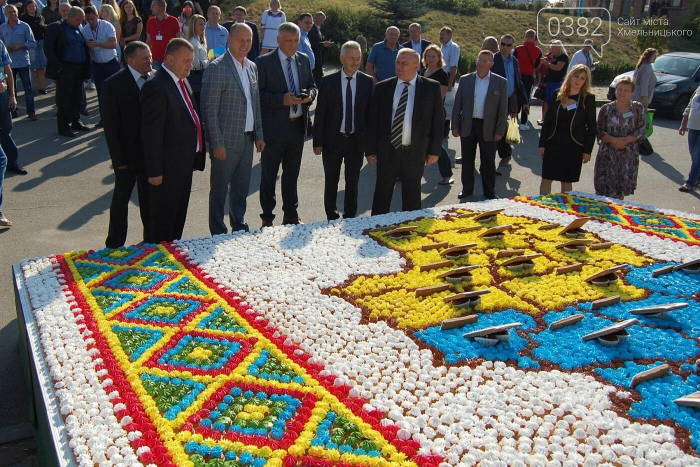 Найбільшим короваєм України стала їстівна карта Хмельниччини, фото-1