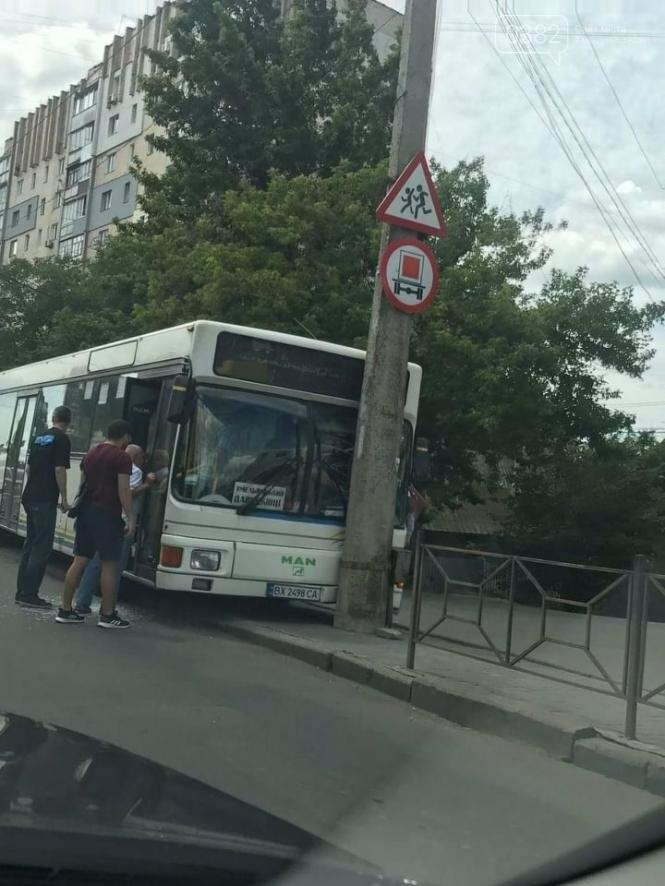 У Хмельницькому водій автобуса в'їхав у стовп , фото-2