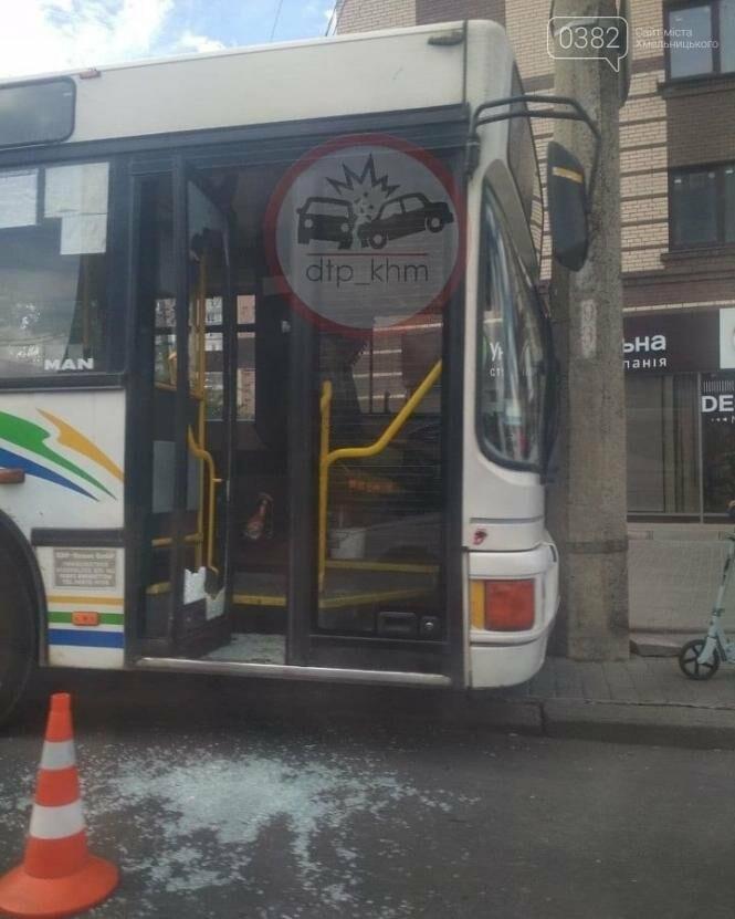 У Хмельницькому водій автобуса в'їхав у стовп , фото-1