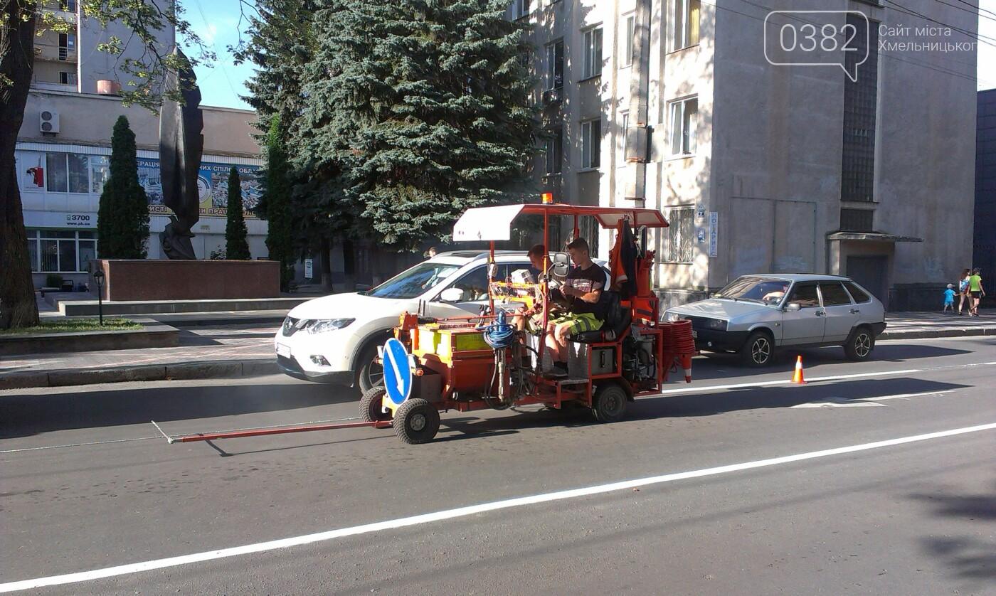 На дорогах Хмельницького тривають роботи з нанесення дорожньої розмітки, фото-2