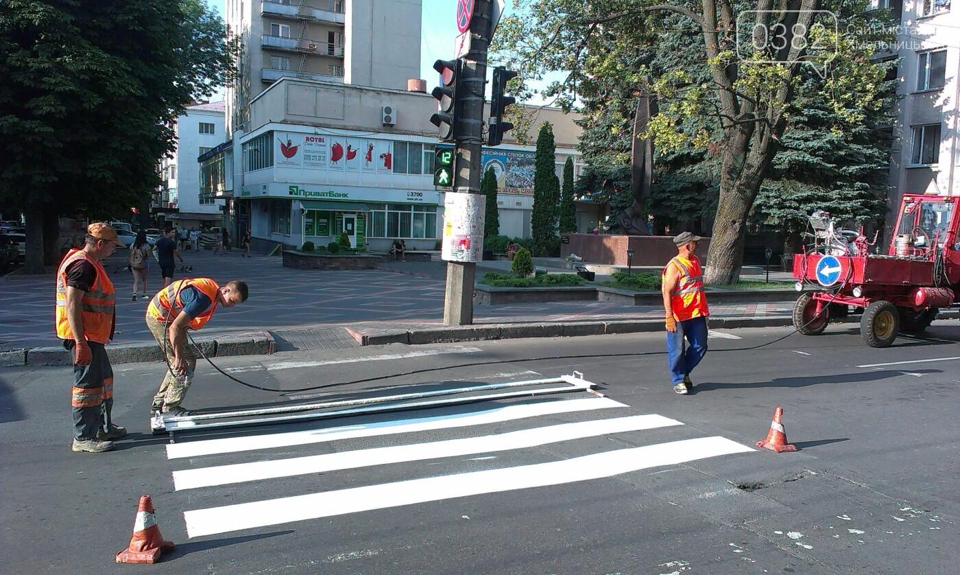 На дорогах Хмельницького тривають роботи з нанесення дорожньої розмітки, фото-3