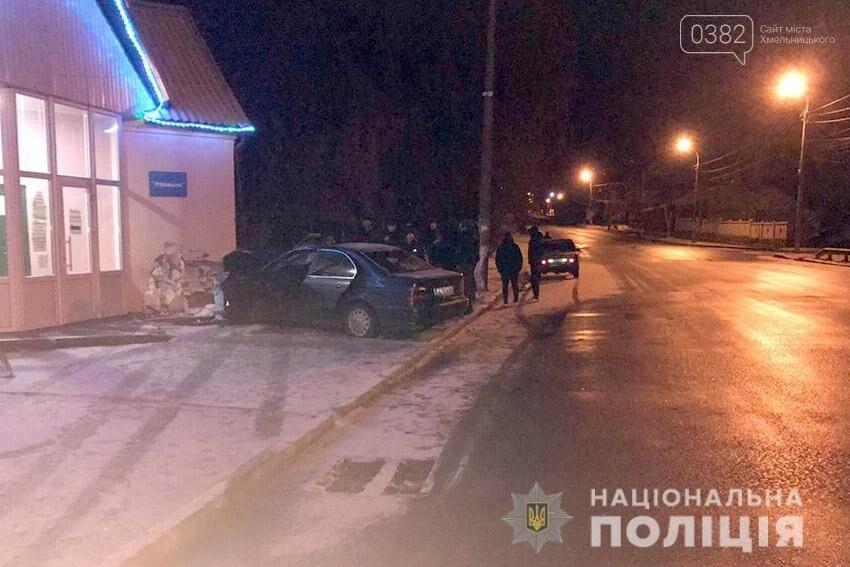 На Хмельниччині поліцейські встановлюють обставини ДТП, у якій травмувались двоє молодих людей , фото-1