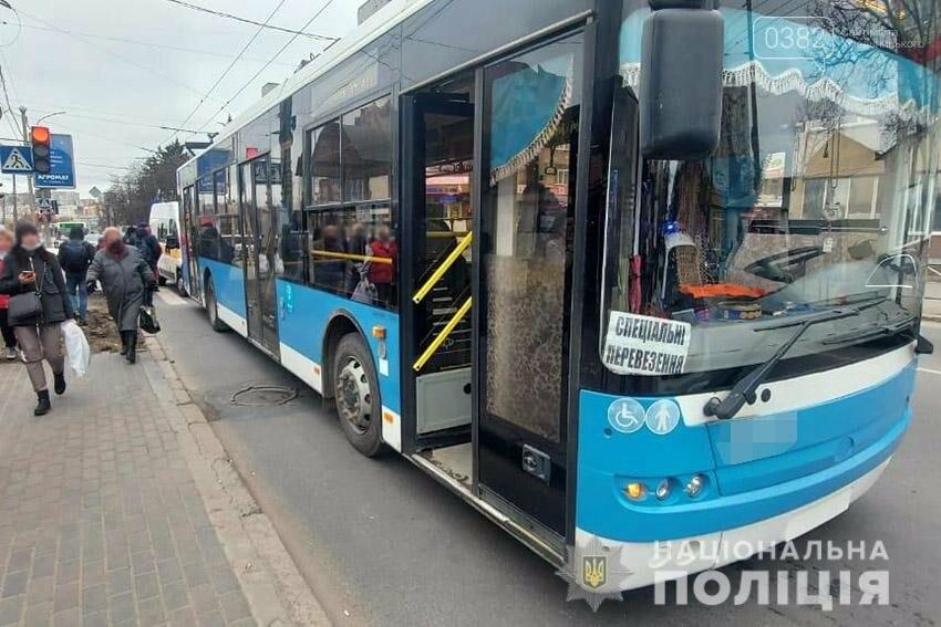 У Хмельницькому чоловік потрапив під колеса тролейбуса, фото-1