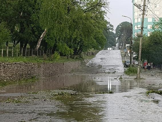 Негода: на Хмельниччині знеструмлені 35 населених пунктів, розтрощені авто, затоплені вулиці, фото-5