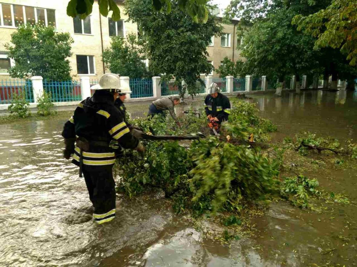 Негода: на Хмельниччині знеструмлені 35 населених пунктів, розтрощені авто, затоплені вулиці, фото-1