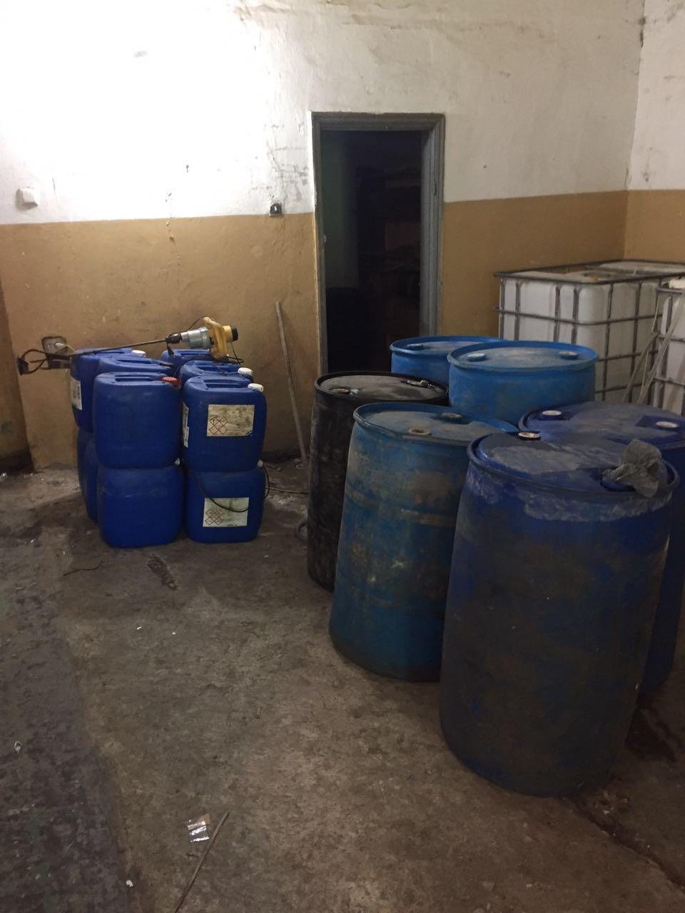 У «самогонщиків» на Хмельниччині знайшли майже 4 500 літрів спирту та алкоголю, фото-2