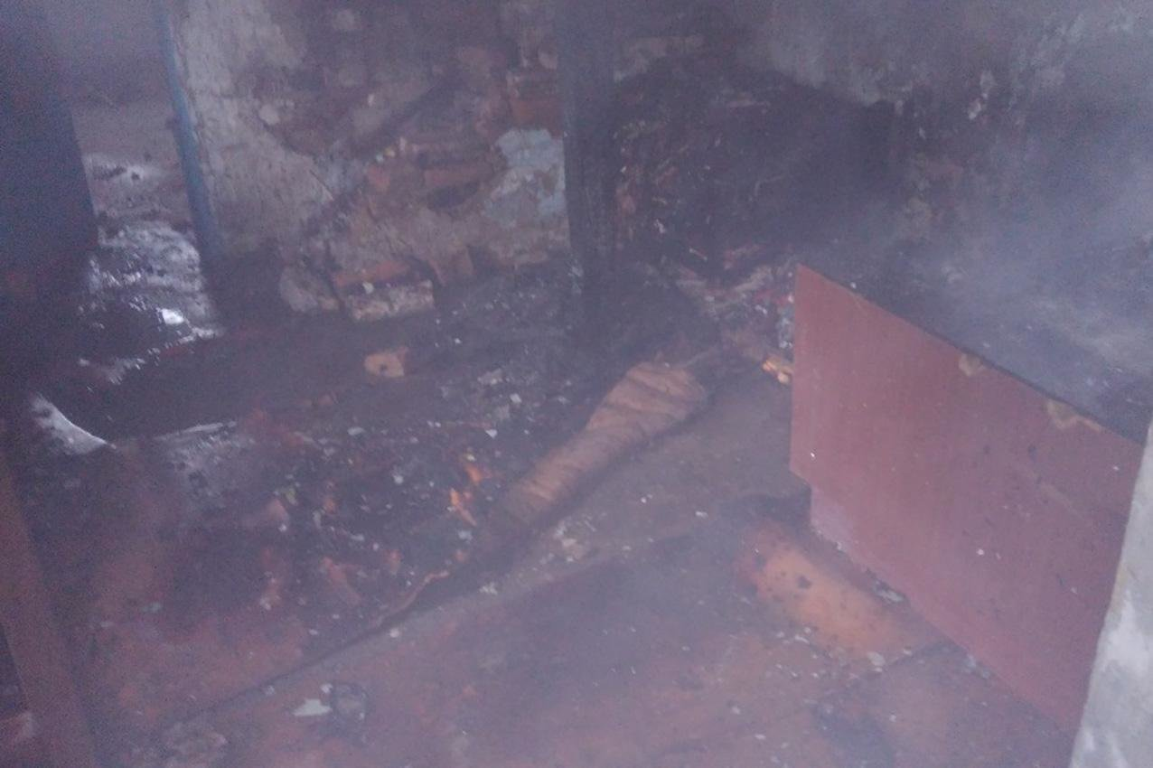 На Хмельниччині безхатченки ледве не згоріли в будинку в якому хотіли зігритися, фото-1