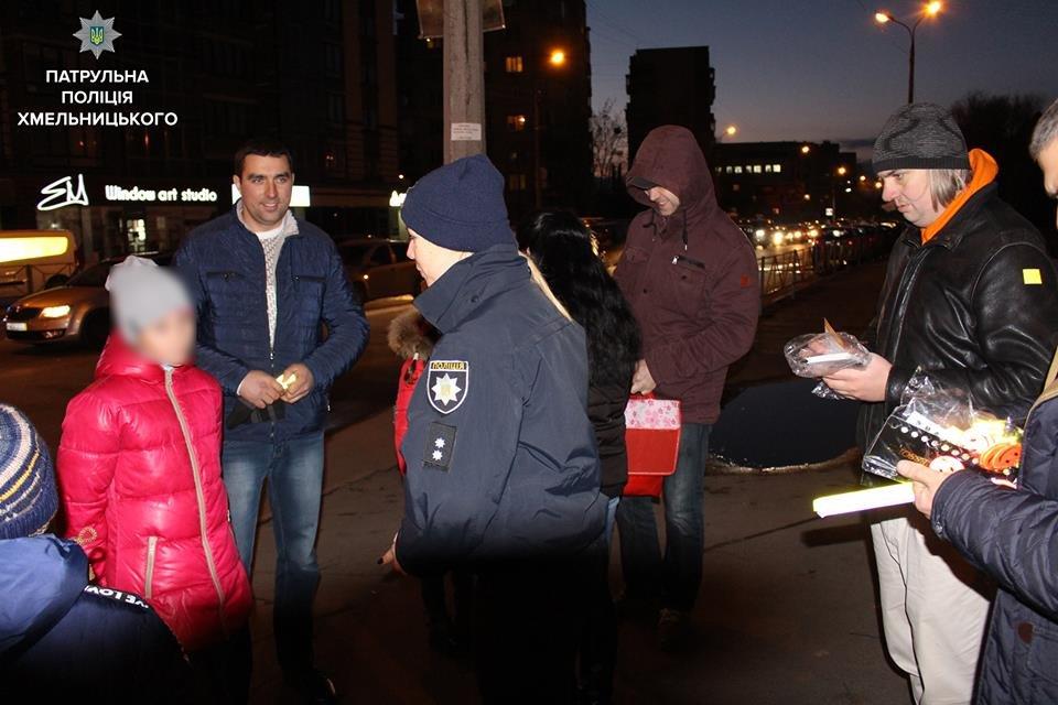 """Флешмоб """"Світлячок"""": хмельницькі патрульні закликали дітей бути помітними на дорозі, фото-5"""