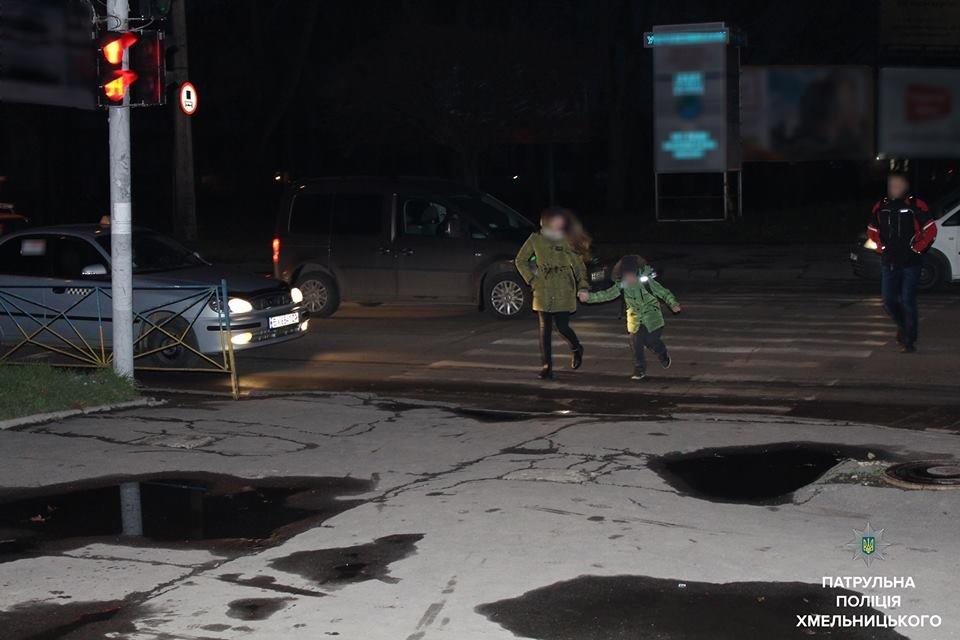 """Флешмоб """"Світлячок"""": хмельницькі патрульні закликали дітей бути помітними на дорозі, фото-6"""