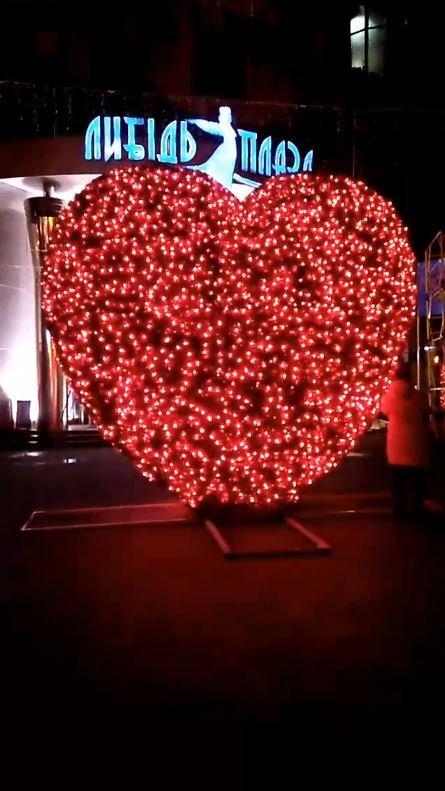 Вночі серце підсвічується яскравим червоним кольором