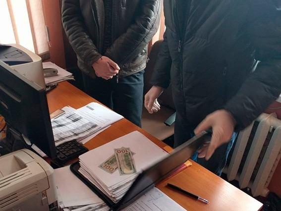 """До 8 років за ґратами: стали відомі подробиці """"підкупу"""" правоохоронця на Хмельниччині.ФОТО, фото-1"""
