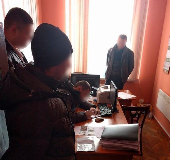 """До 8 років за ґратами: стали відомі подробиці """"підкупу"""" правоохоронця на Хмельниччині.ФОТО, фото-2"""