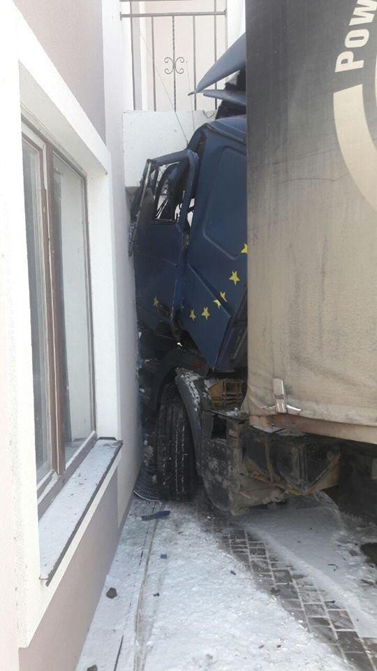 На Купріна вантажівка протаранила будинок. ФОТО, фото-1