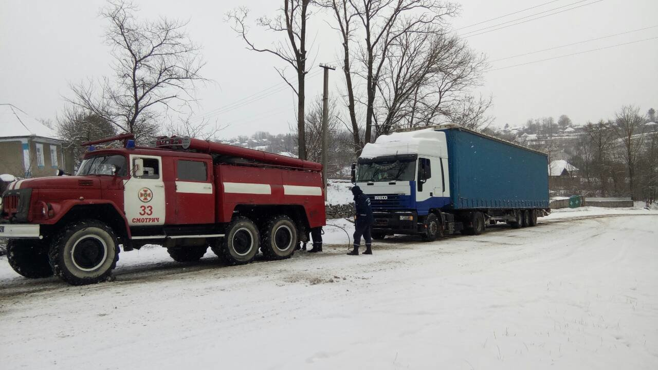 """На Хмельниччині фура потрапила у сніговий """"полон"""".ФОТО, фото-1"""