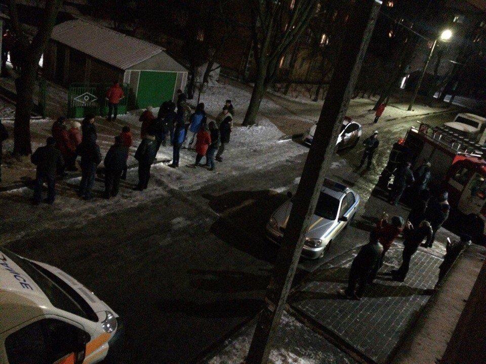 У Хмельницькому дебошир обливав людей бензином та палив шини. ФОТО, фото-1, Фото: vk.com/proskuriv