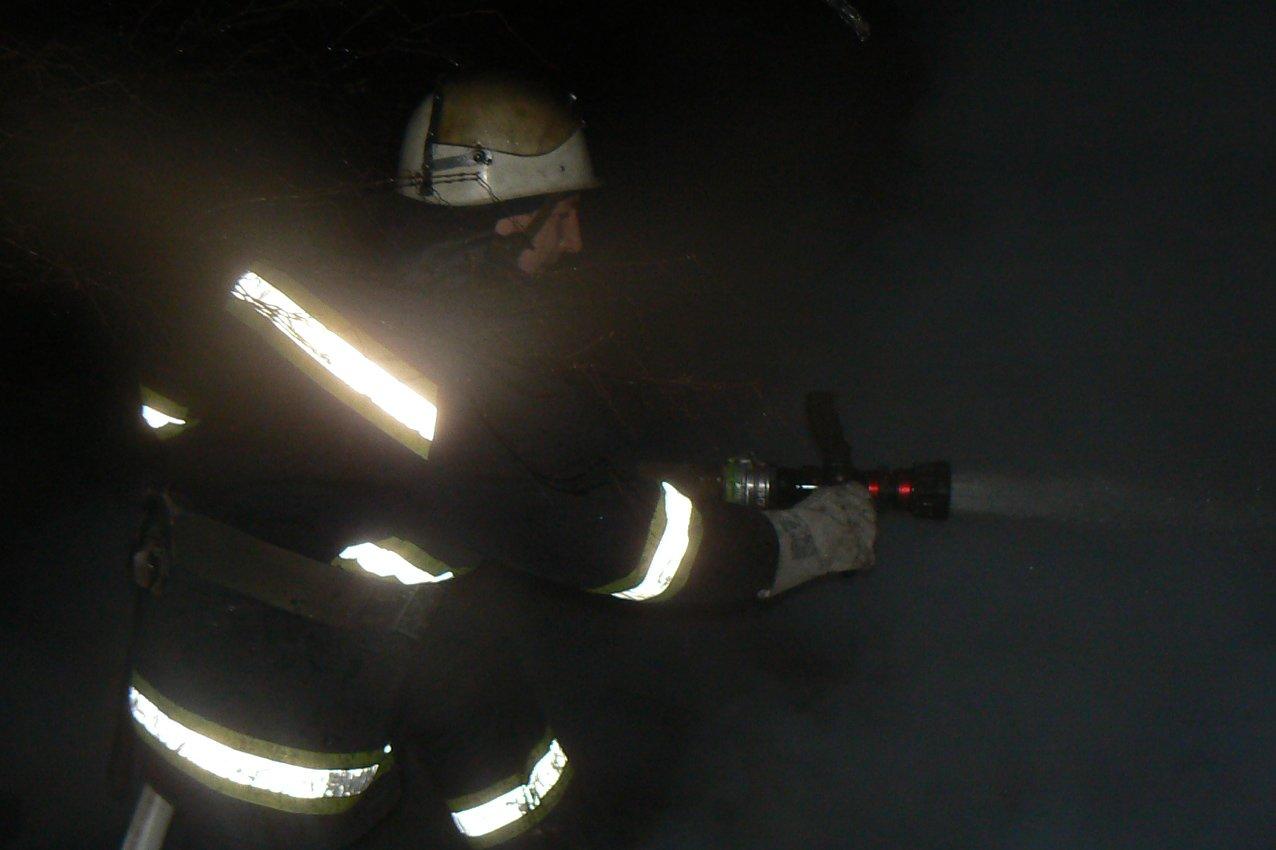 У Хмельницькому на пожежі в багатоповерхівки вогнеборці врятували чоловіка. ФОТО, фото-2