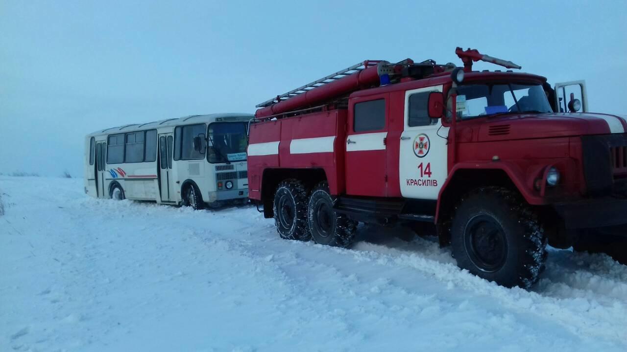 На Хмельниччині пасажири автобуса з дітьми потрапили у сніговий полон. ФОТО, фото-1