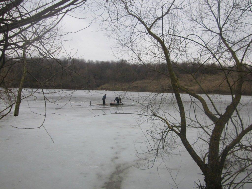 На Хмельниччині надзвичайники з річки дістали тіло чоловіка, фото-1