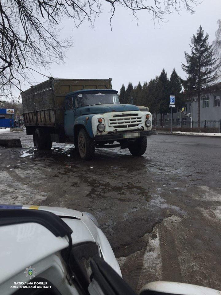 """У Хмельницькому водій на """"ЗІЛ"""" пошкодив шлагбаум та хотів уникнути покарання. ФОТО, фото-1"""