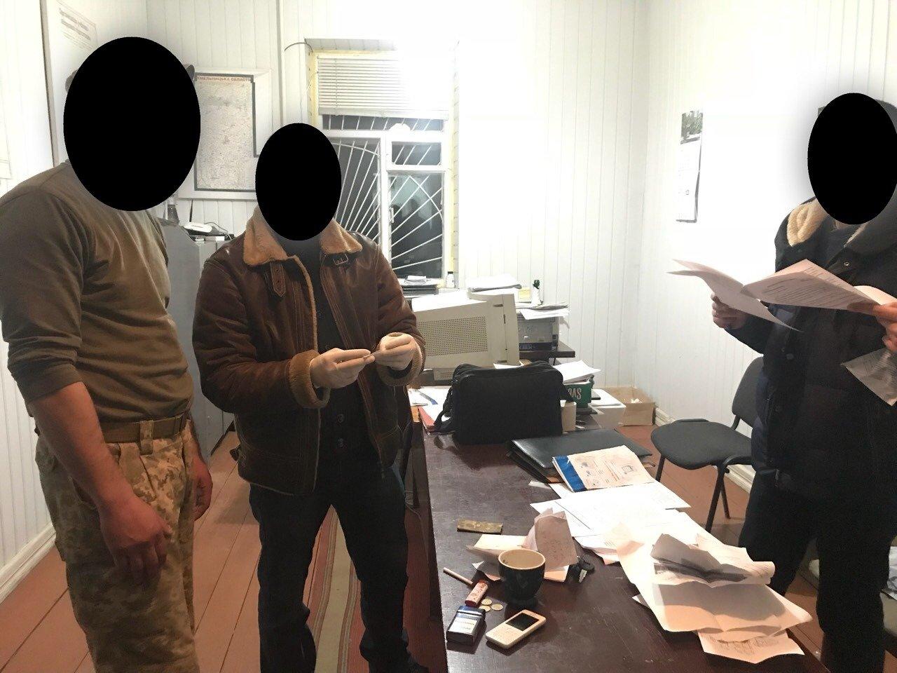 Відстрочка за 8 тисяч: офіцера військкомату Хмельниччини спіймали на хабарі, фото-1