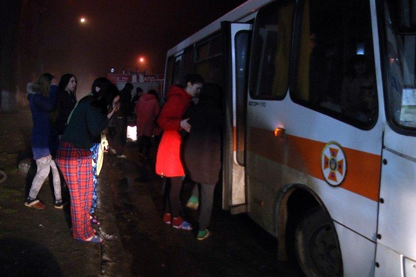 Вночі з палаючого гуртожитку коледжу надзвичайники рятували хмельницьких студентів, фото-1