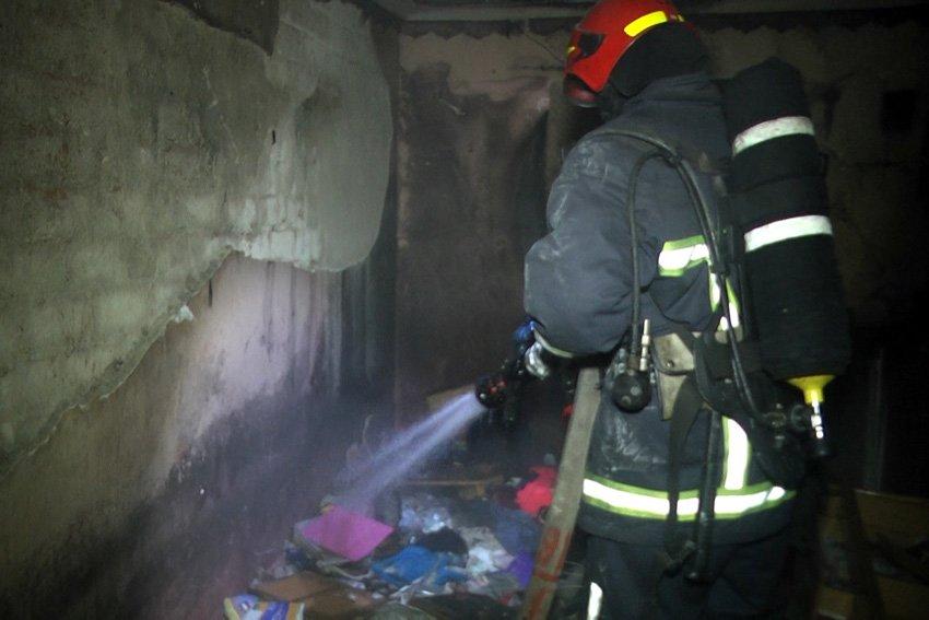 Вночі з палаючого гуртожитку коледжу надзвичайники рятували хмельницьких студентів, фото-2