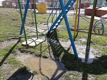 Фотофакт: в мікрорайоні Озерна дитячий майданчик потонув у нечистотах, фото-1