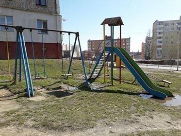 Фотофакт: в мікрорайоні Озерна дитячий майданчик потонув у нечистотах, фото-3