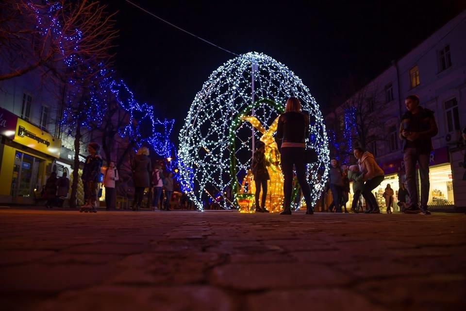 Красивий Великдень: У Хмельницькому засвітили 3-метрову писанку. ФОТО.ВІДЕО, фото-9