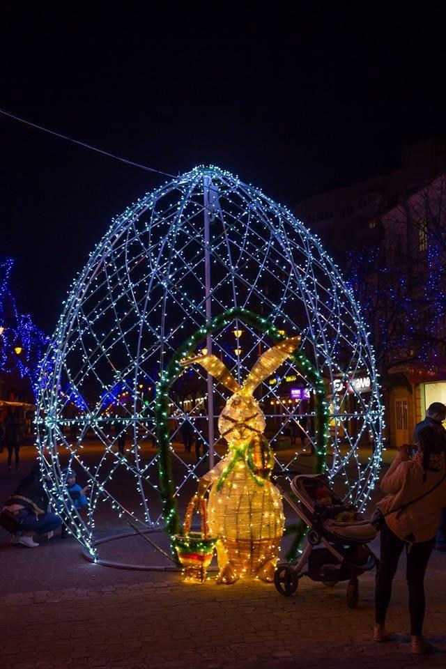 Красивий Великдень: У Хмельницькому засвітили 3-метрову писанку. ФОТО.ВІДЕО, фото-1