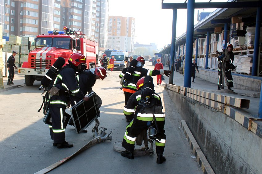 У Хмельницькому масово евакуювали людей з гіпермаркету «Епіцентр» , фото-4