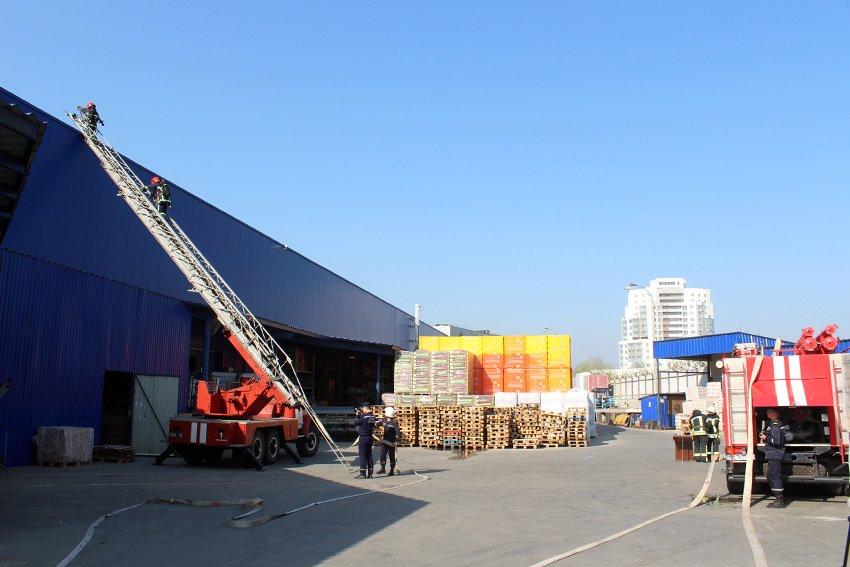 У Хмельницькому масово евакуювали людей з гіпермаркету «Епіцентр» , фото-5