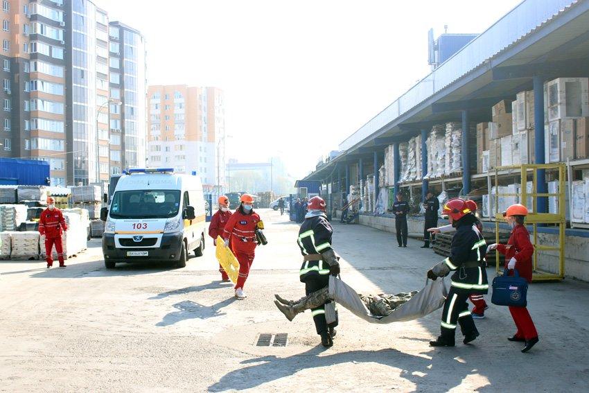 У Хмельницькому масово евакуювали людей з гіпермаркету «Епіцентр» , фото-6