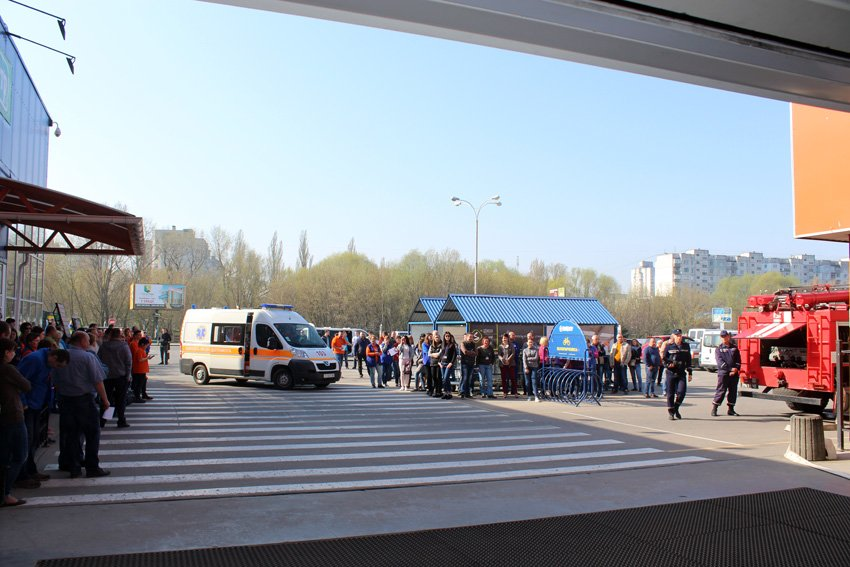 У Хмельницькому масово евакуювали людей з гіпермаркету «Епіцентр» , фото-1