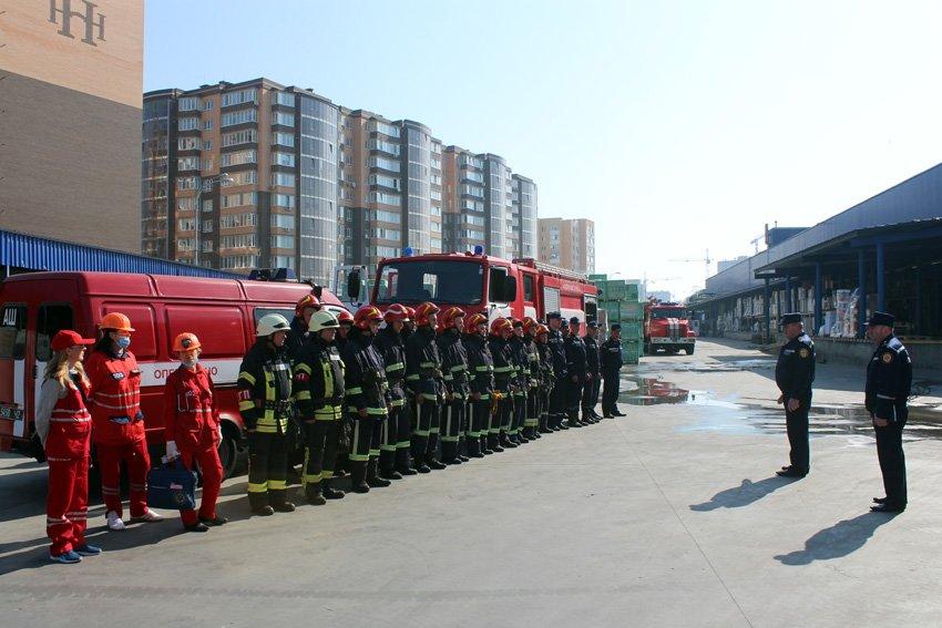 У Хмельницькому масово евакуювали людей з гіпермаркету «Епіцентр» , фото-9